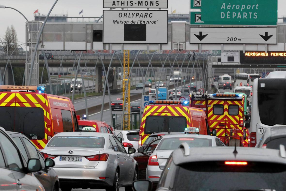 Krizové jednotky míří na letiště Orly