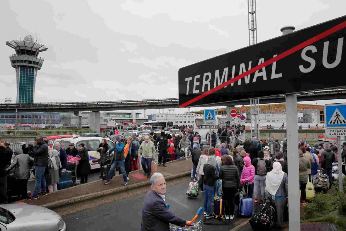 Cestující evakuované před jižní terminál letiště orly