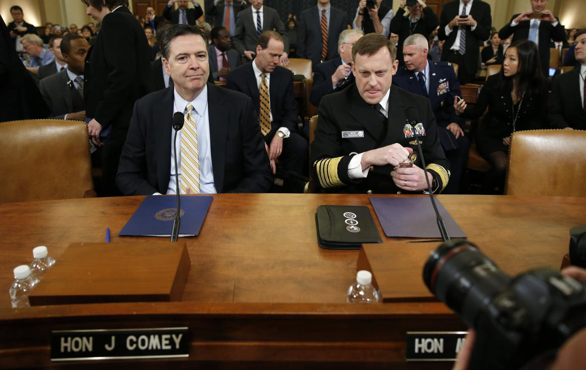 Šéf FBI James Comey a NSA Mike Rogers