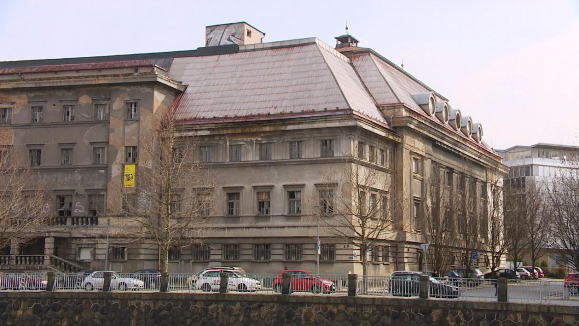 Chátrající lázně v Plzni
