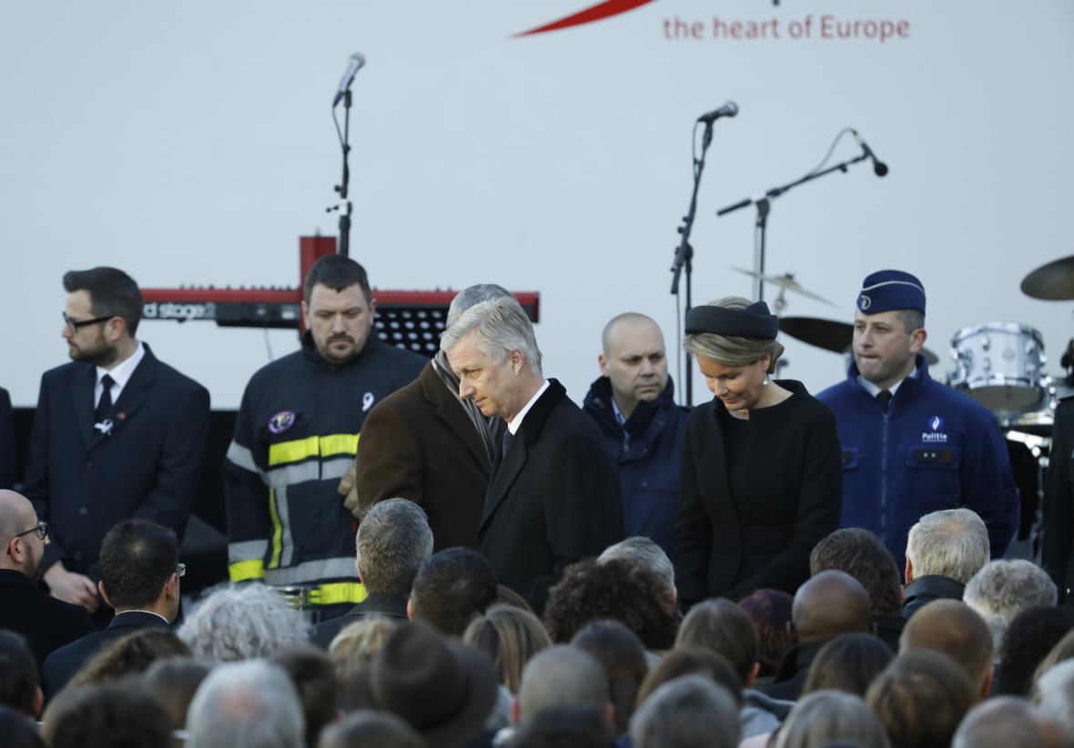 Belgický král Filip s chotí Matildou přicházejí k ceremoniálu na letišti Zaventem