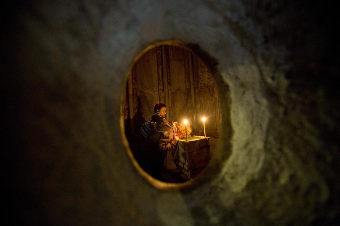 Věřící v edikule chrámu Božího hrobu