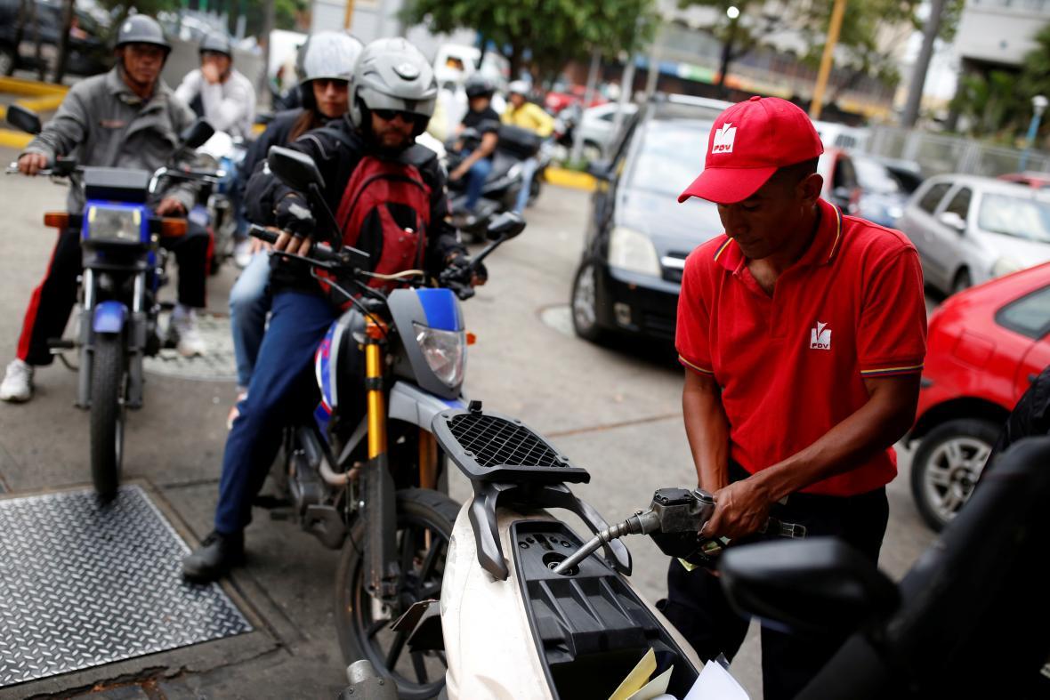 Fronty na čerpacích stanicích patří ke každodenním problémům Caracasu