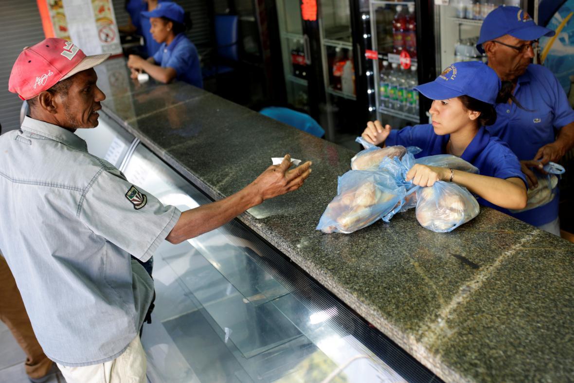 Prodej chleba v jednom z venezuelských pekařství