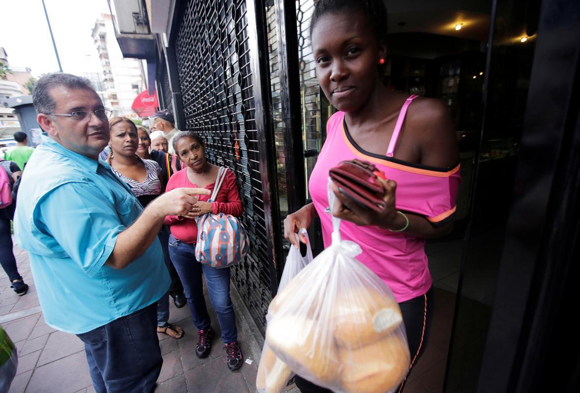 Před jedním z pekařství v Caracasu