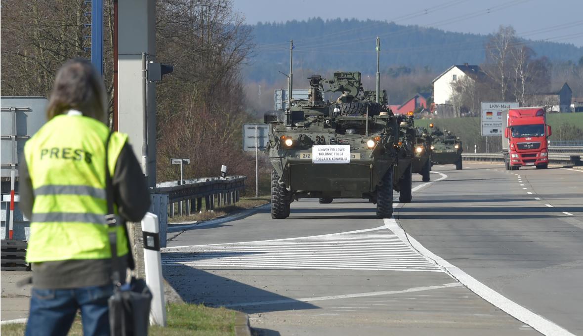 Vojenský konvoj projíždí Českou republikou