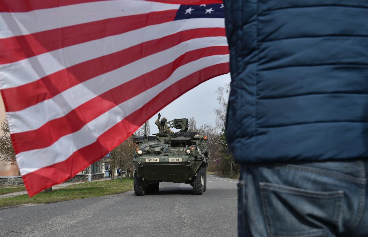 Konvoj britských a amerických vojáků v Česku