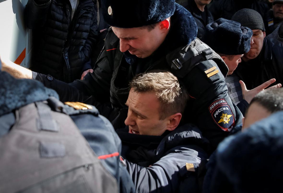 Ruská policie zadržuje Alexeje Navalného