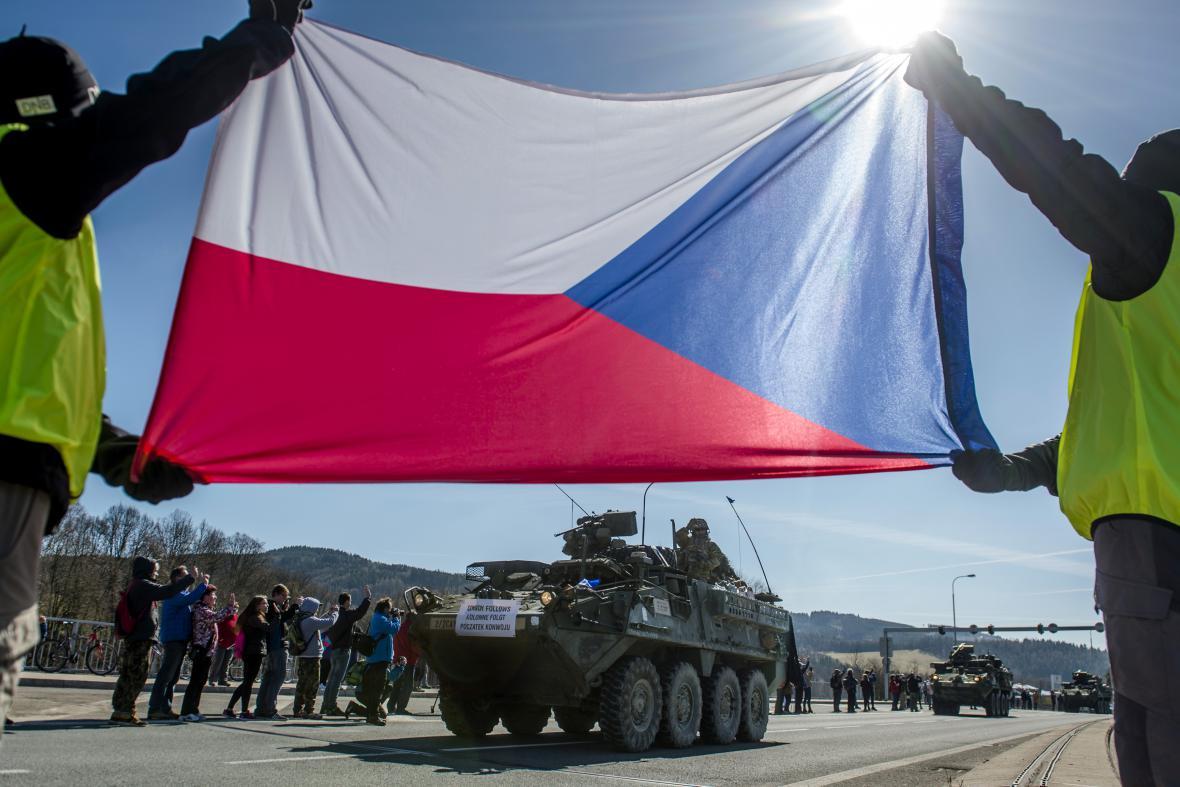 Češi vítají konvoj amerických a britských vojáků