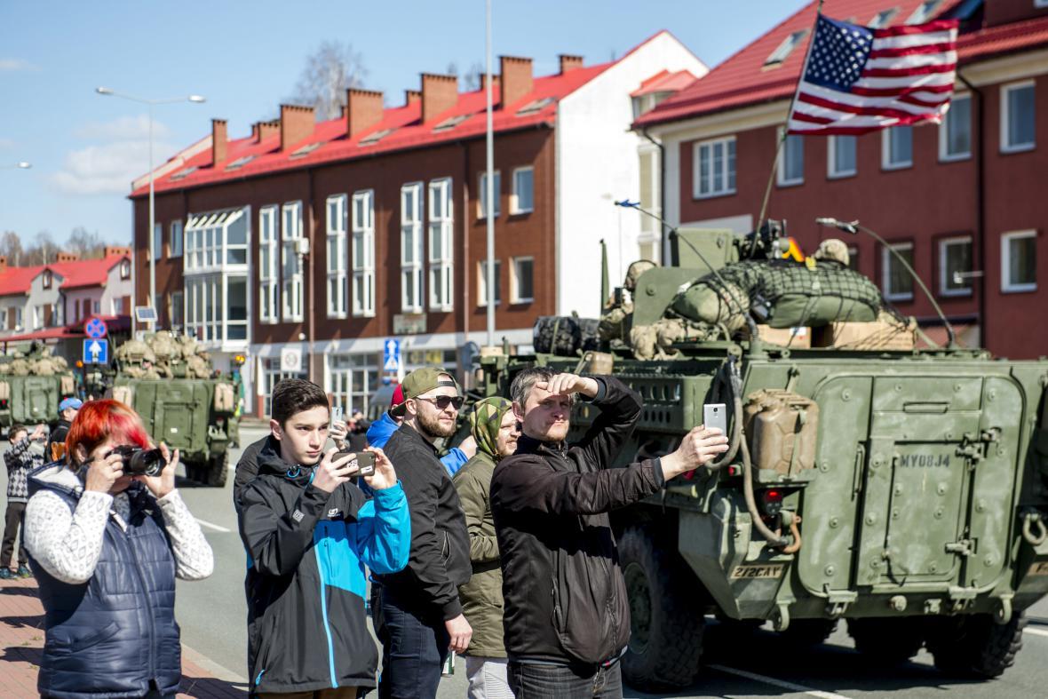 Češi si fotí americké a britské vojáky