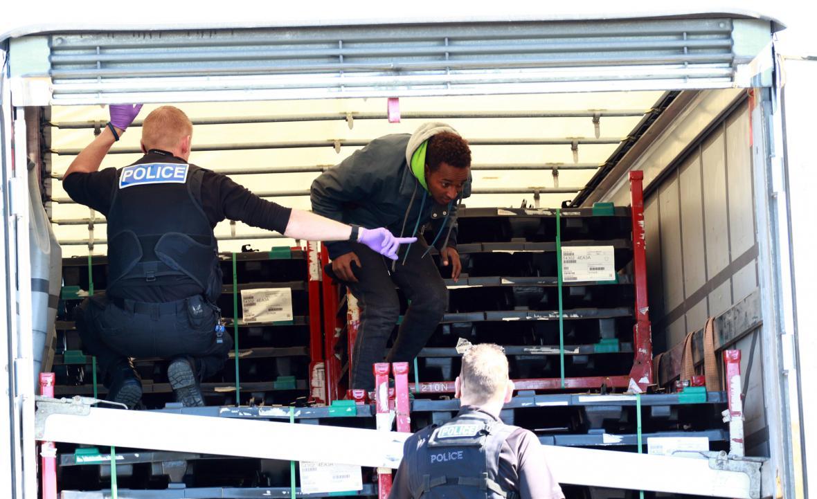 Britská policie nedaleko města Peterborough prohledává český kamion