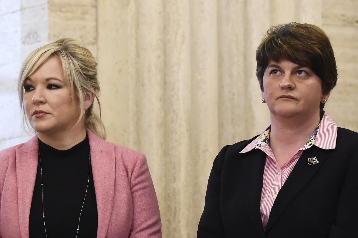 Michelle O'Neillová (Sinn Féin) a Arlene Fosterová (DUP)