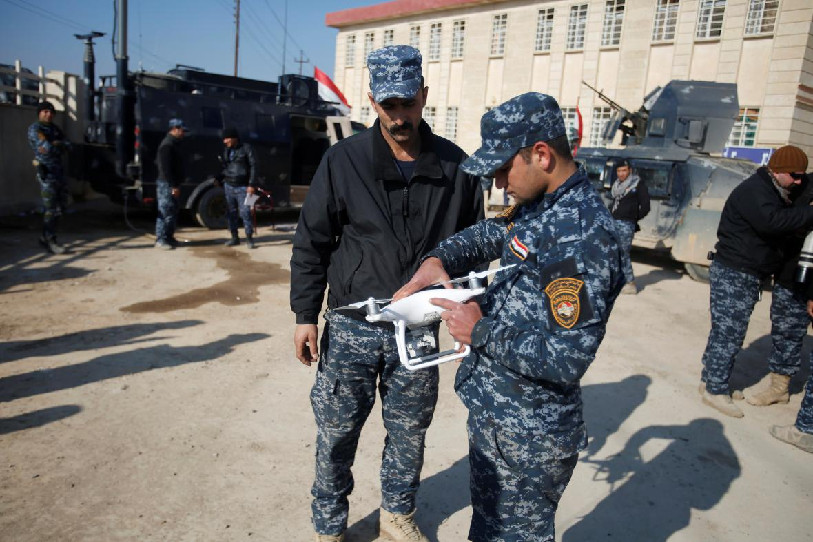 Irácké bezpečnostní složky s dronem, který chtějí použít proti IS