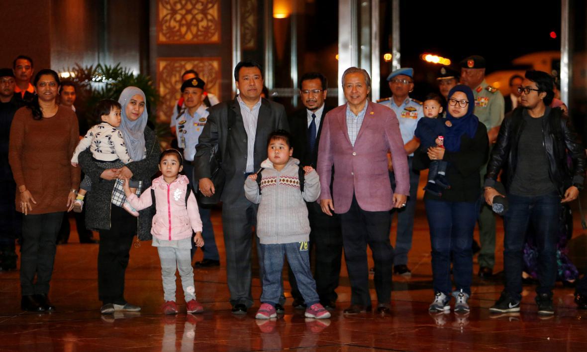 Devět propuštěných Malajsijců s malajsijským ministrem zahraničí (třetí zprava)