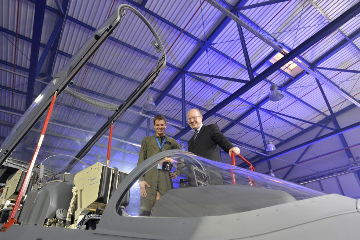 Premiér Bohuslav Sobotka si prohlíží nový letoun L-159