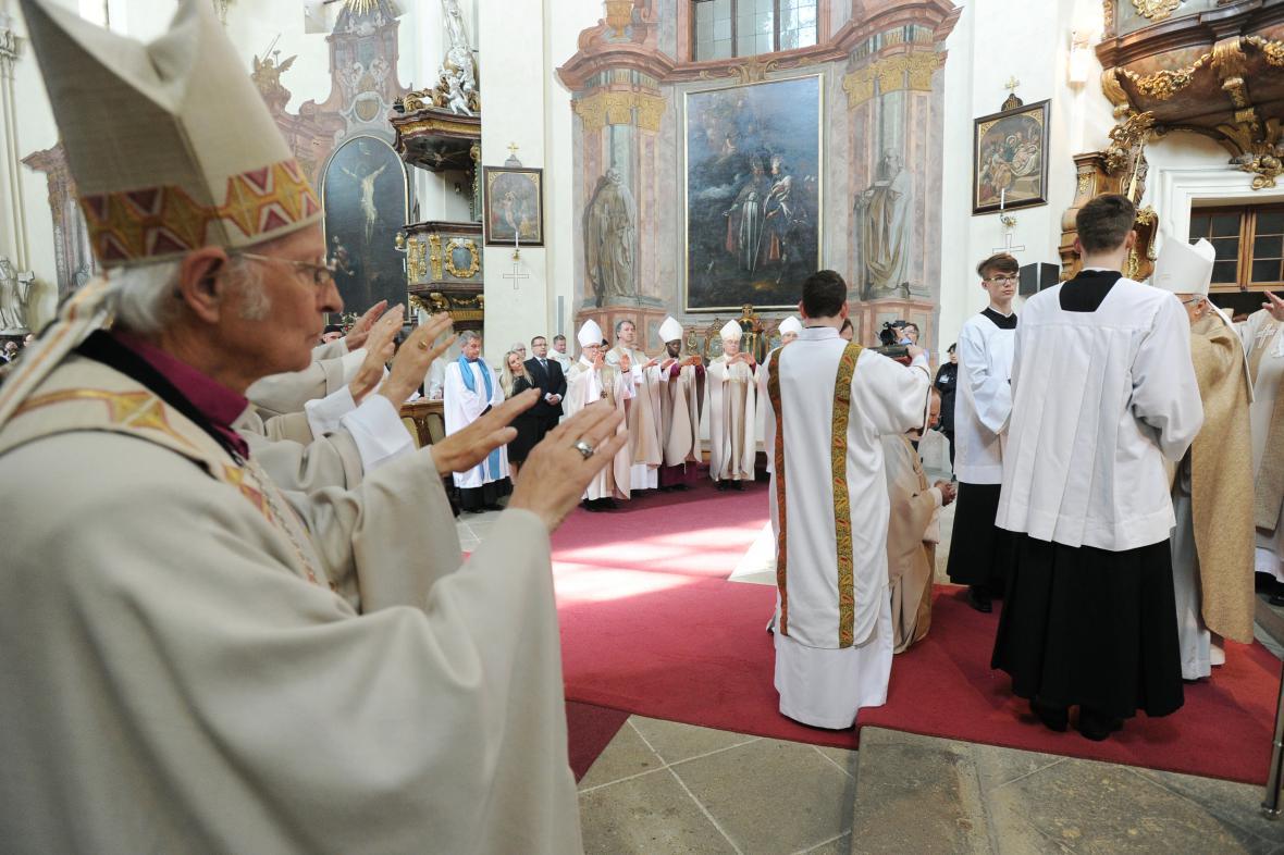 Duchovní sledují obřad vysvěcení nového biskupa české starokatolické církve Pavla Benedikta Stránského v pražském Břevnovském klášteře.