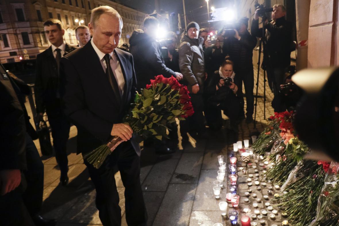 Ruský prezident Vladimir Putin pokládá květiny u místa útoku