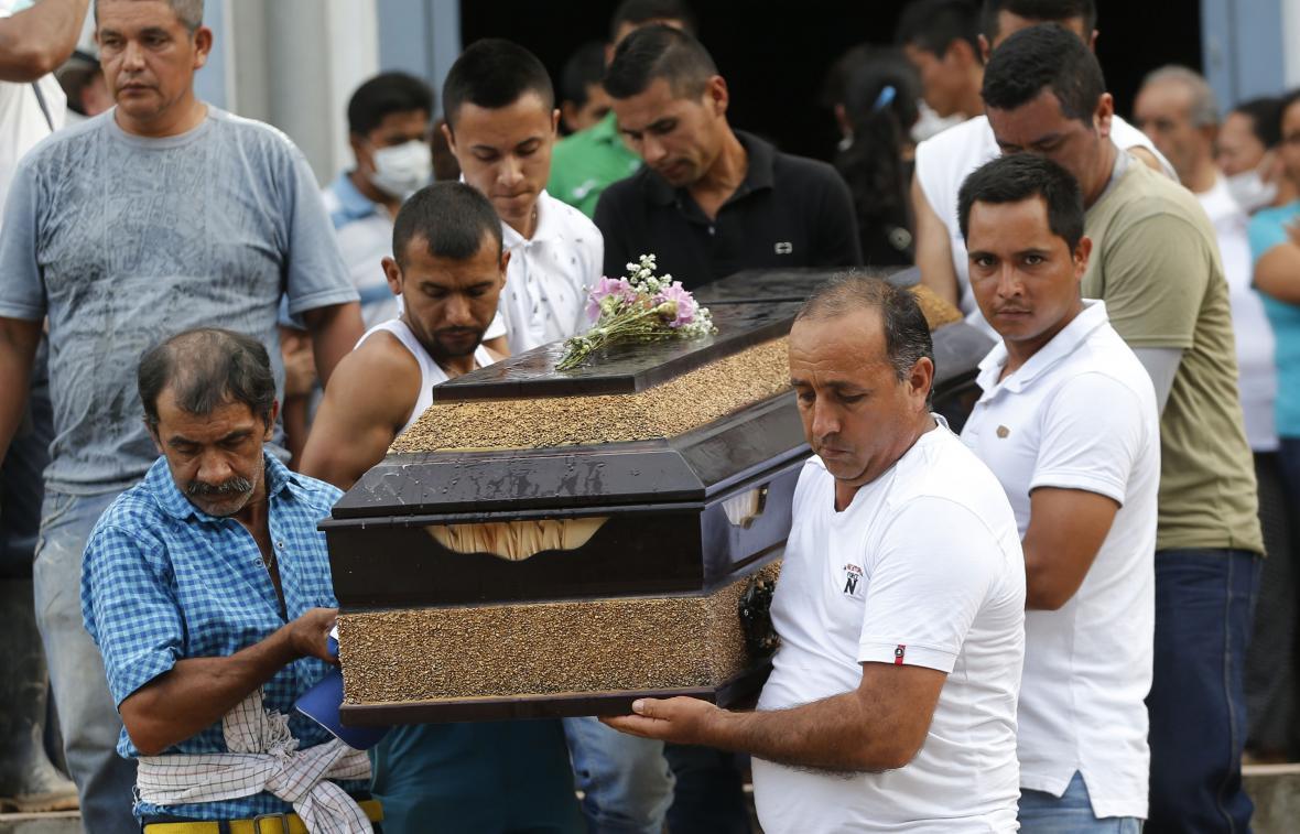 Pohřeb oběti sesuvu půdy v Kolumbii