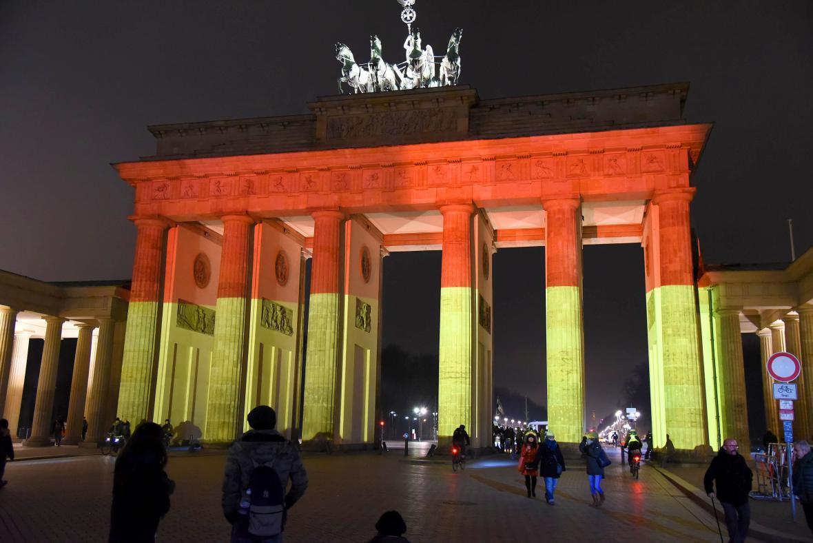 Braniborská brána zahalená v německých barvách po útoku v Berlíně (20. prosince 2016)