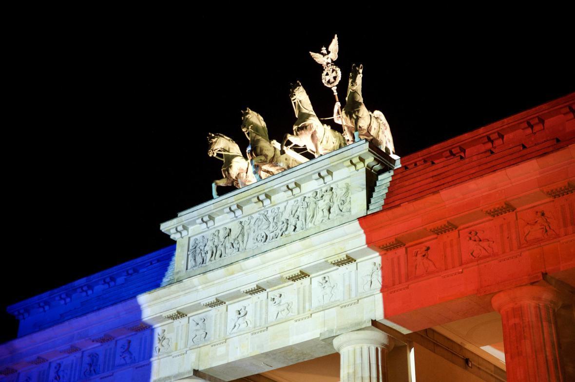 Francouzská trikolora na symbolu Berlína (14. listopadu 2015)