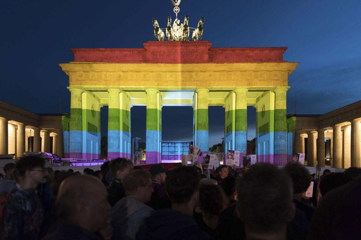 Braniborská brána v duhových barvách gay a lesbického hnutí (18. června 2016)