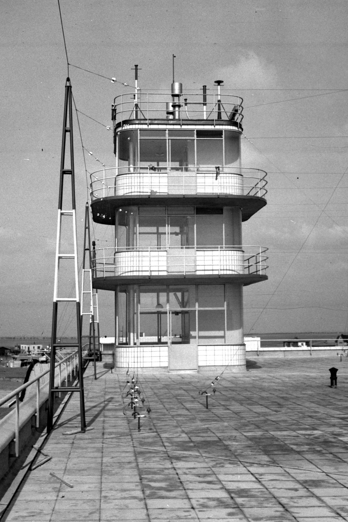 """Věž """"starého"""" ruzyňského letiště krátce po otevření v roce 1937"""