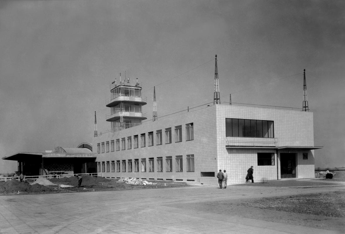 Ruzyňské letiště krátce před uvedneím do provozu (březen 1937)