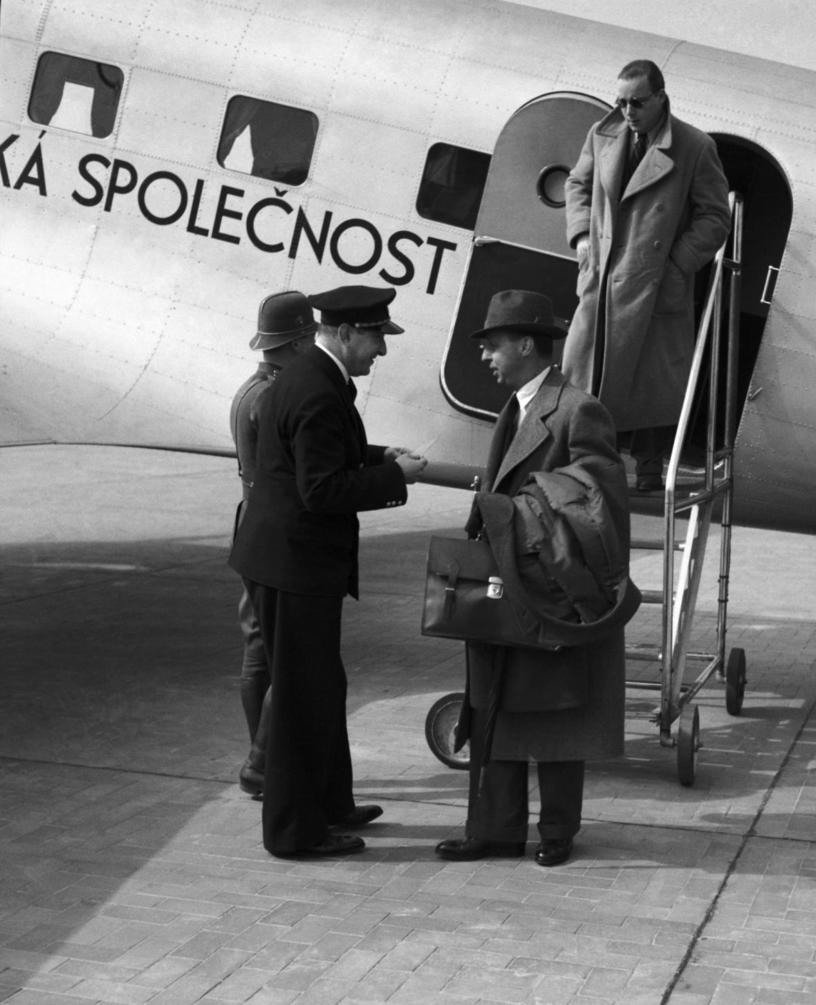Pasažéři prvního spoje, který v dubnu 1937 přistál na pražské Ruzyni