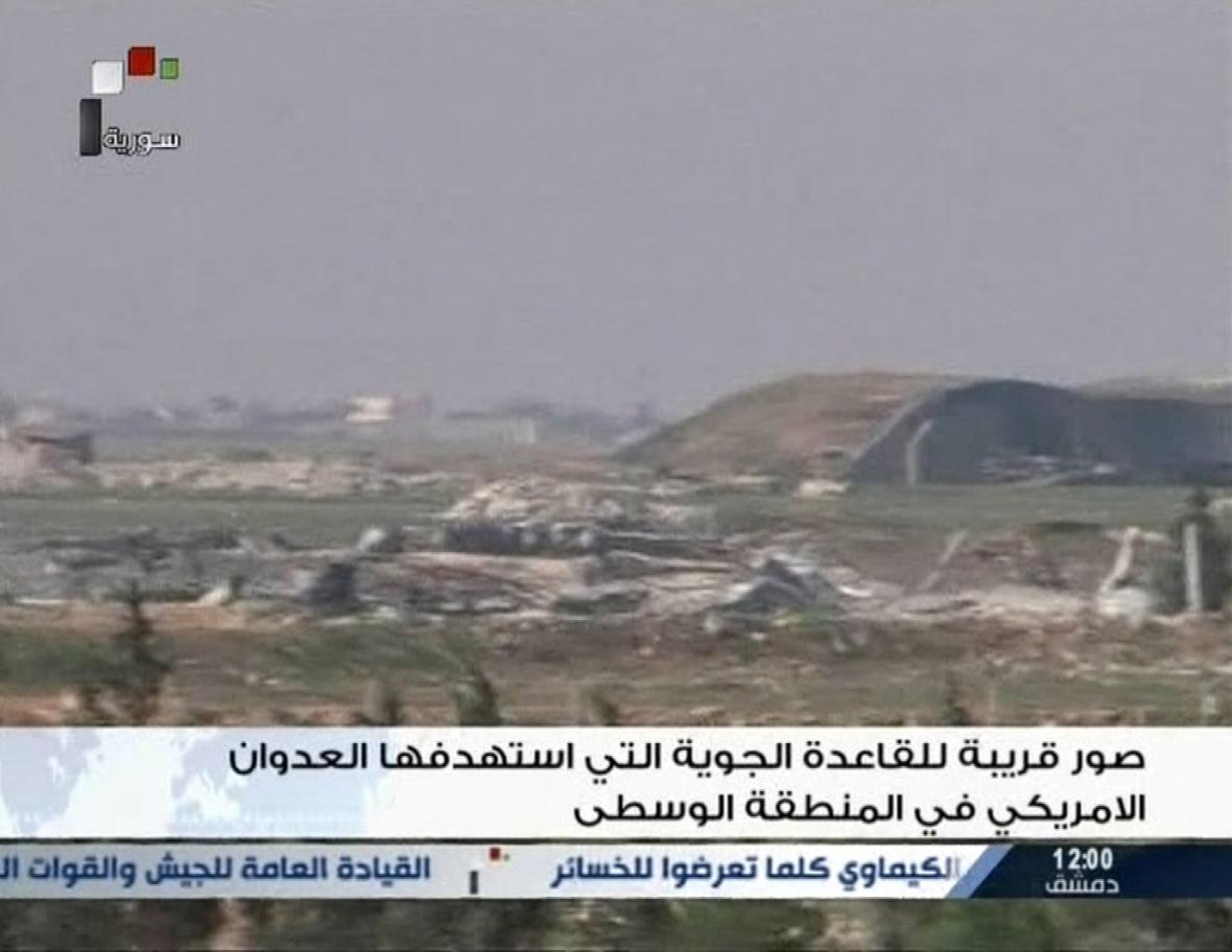 Záběr ze syrské státní televize na základnu po útoku
