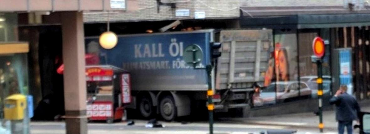 Nákladní auto najelo ve Stockholmu do lidí