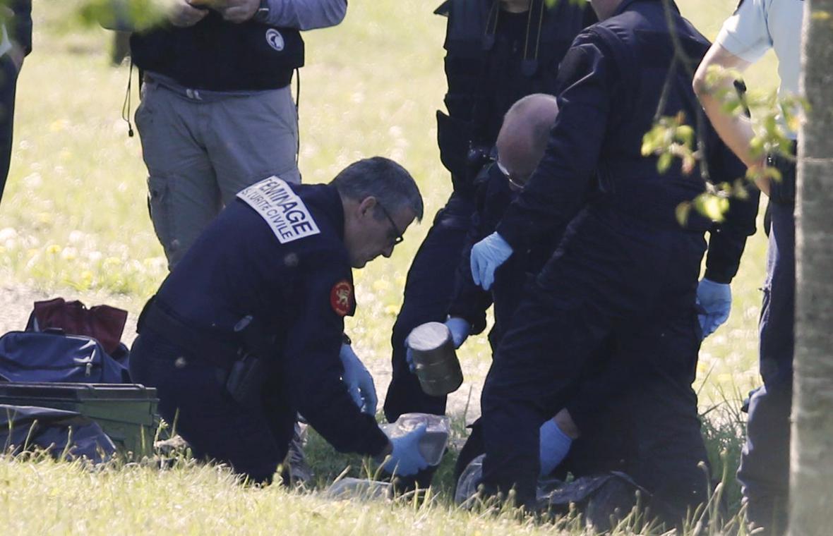 Policisté a pyrotechnici zkoumají látky z úkrytů ETA