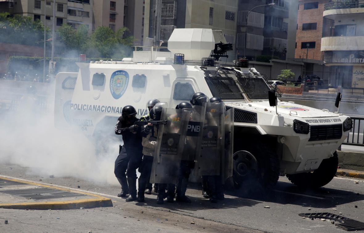 Příslušníci pořádkové policie zasahují v centru Caracasu