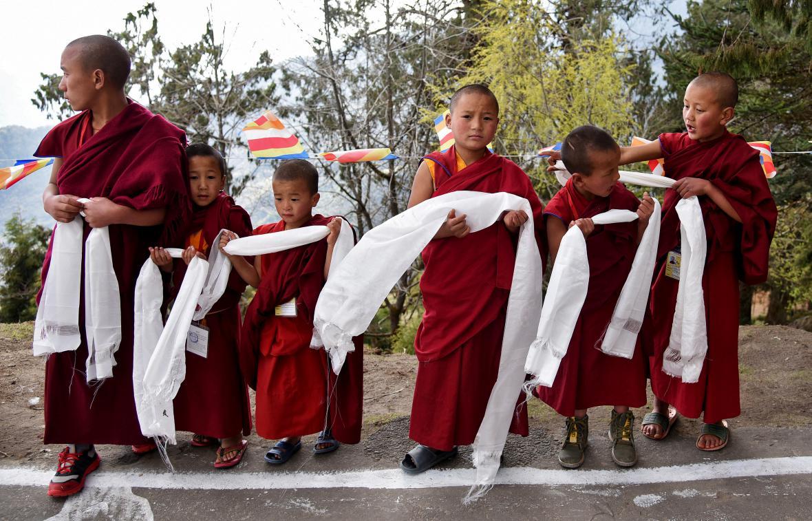 Mniši čekají v klášteře Tawang na příjezd dalajlamy