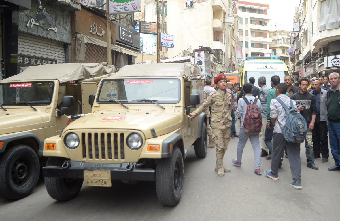Egyptská armáda před kostelem v Alexandrii