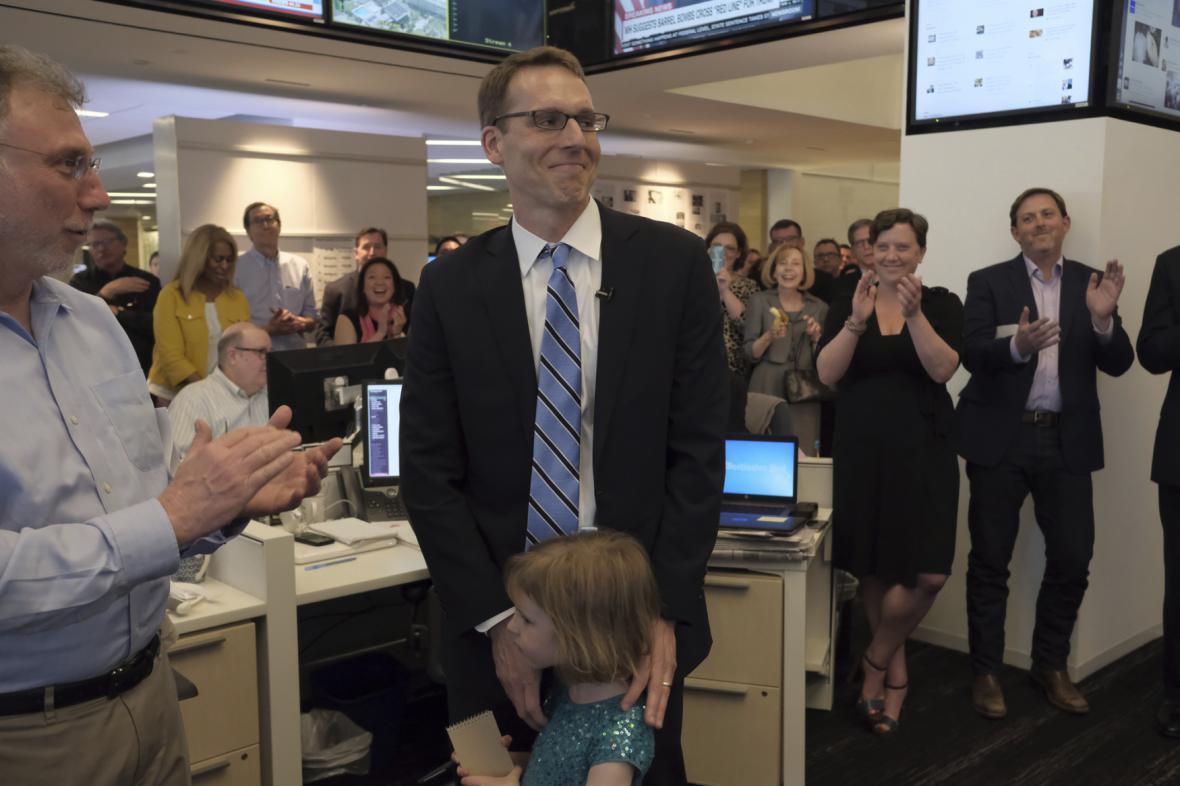 Gratulace Davidu Fahrentholdovi v redakci Washington Post
