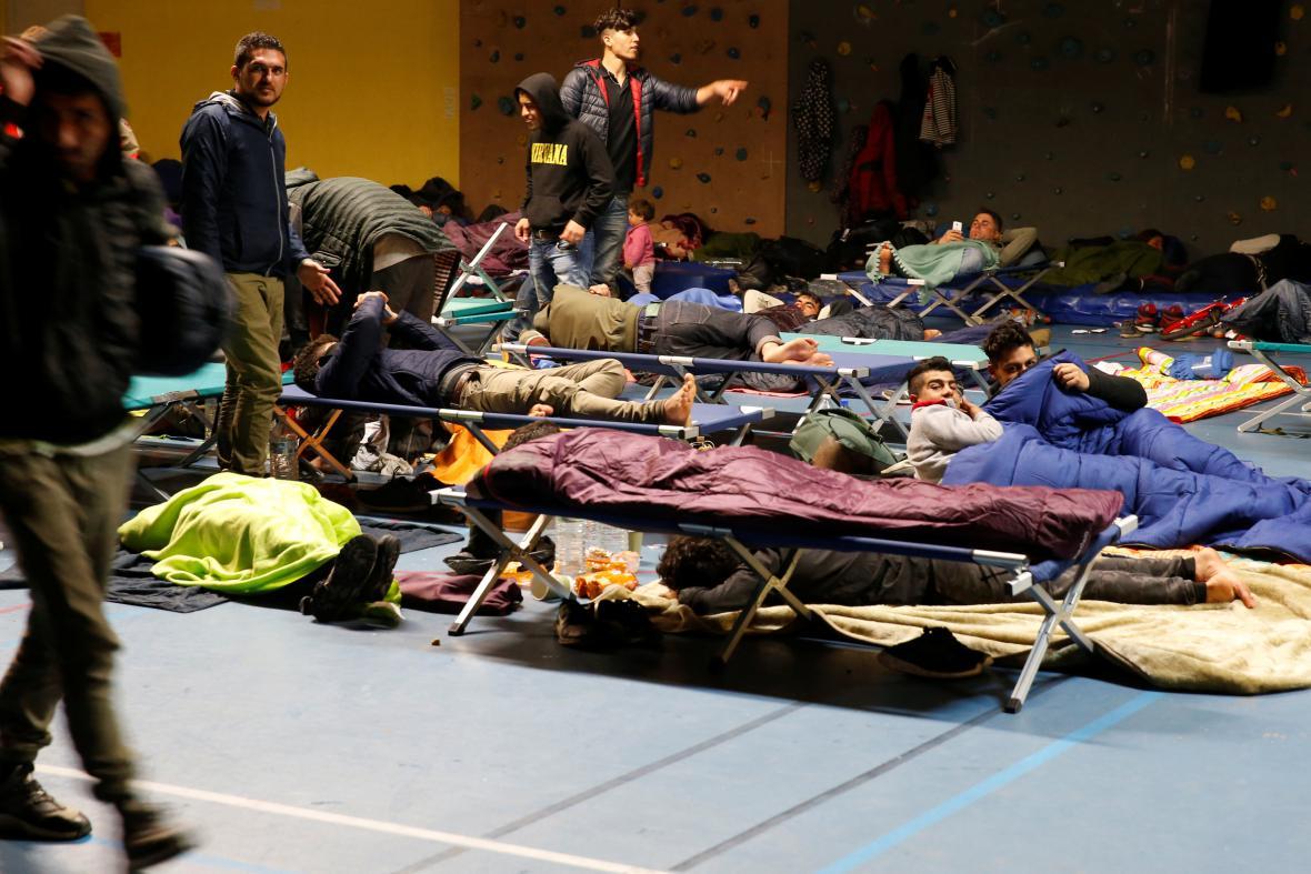 U Dunkerku shořel uprchlický tábor