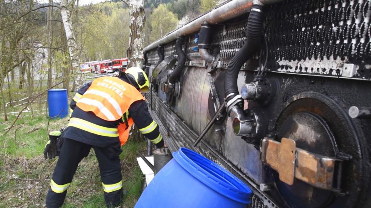 Na silnici I/13 u Boče havarovala cisterna převážející benzín