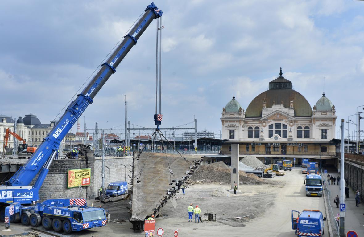 Stavbaři začali před plzeňským hlavním nádražím demontovat ocelovou konstrukci 109 let starého severního mostu přes Mikulášskou ulici
