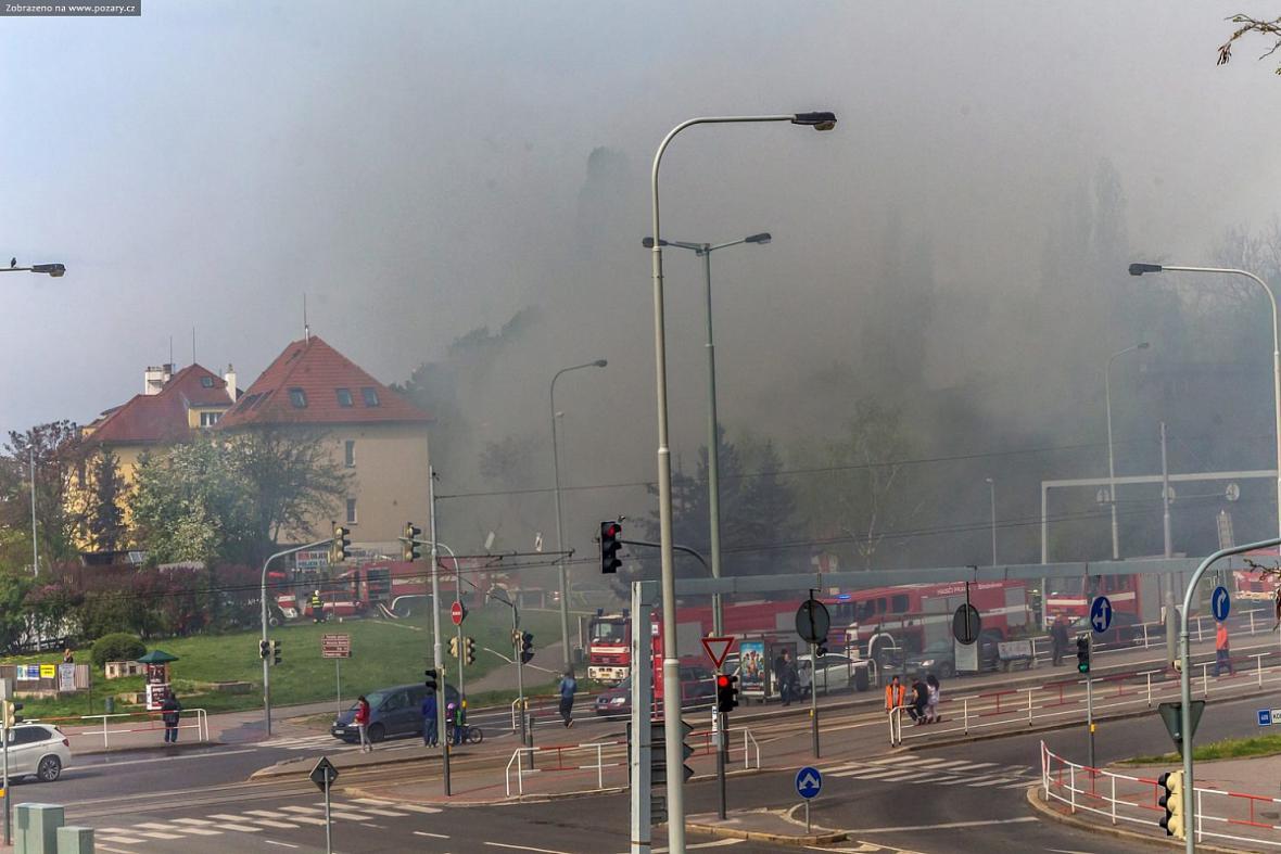 V areálu nemocnice Bulovka hořela bývalá kancelář