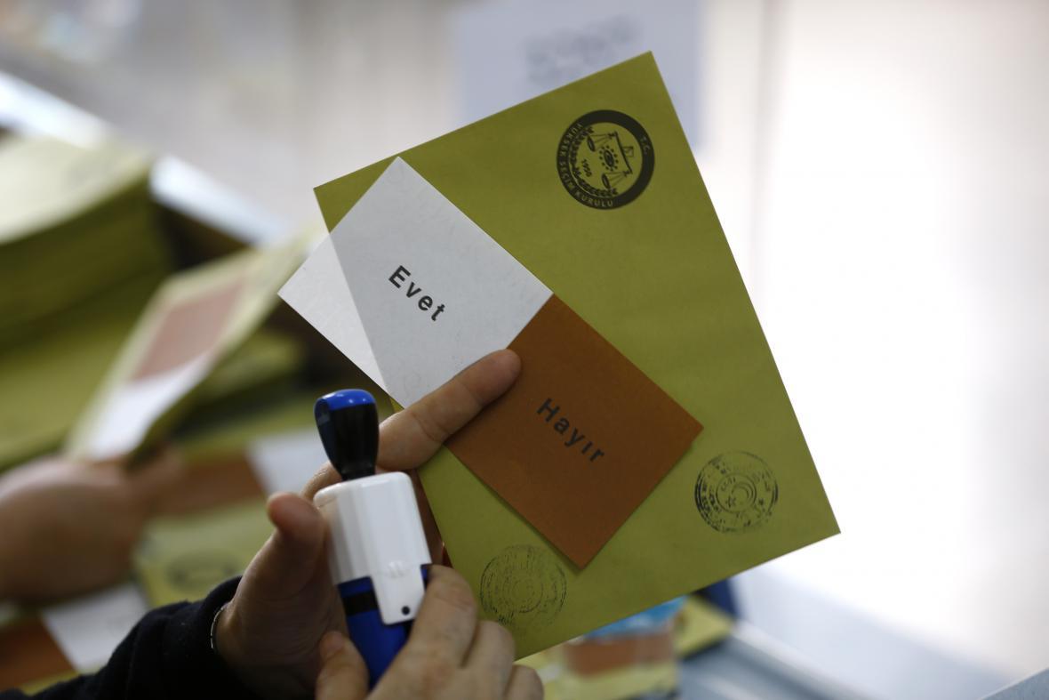 """Turecké referendum a hlasovací lístky """"ano"""" a """"ne"""""""