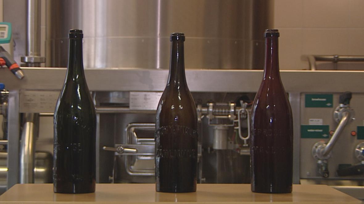 V těchto lahvích čekalo pivo sto let.