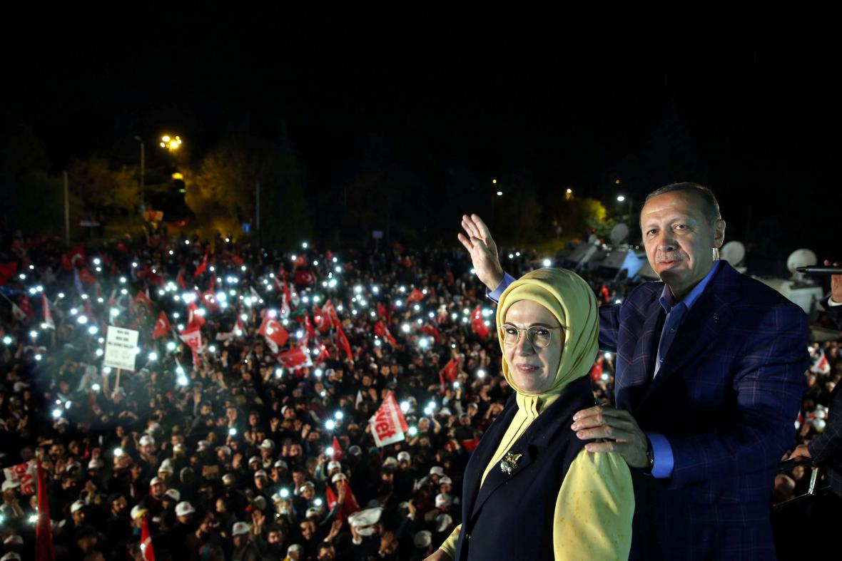 Prezident Erdogan zdraví své příznivce po úspěchu v tureckém referendu
