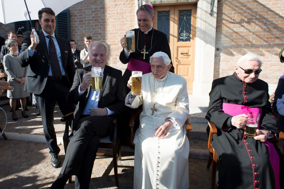 Oslava devadesátin emeritního papeže Benedikta