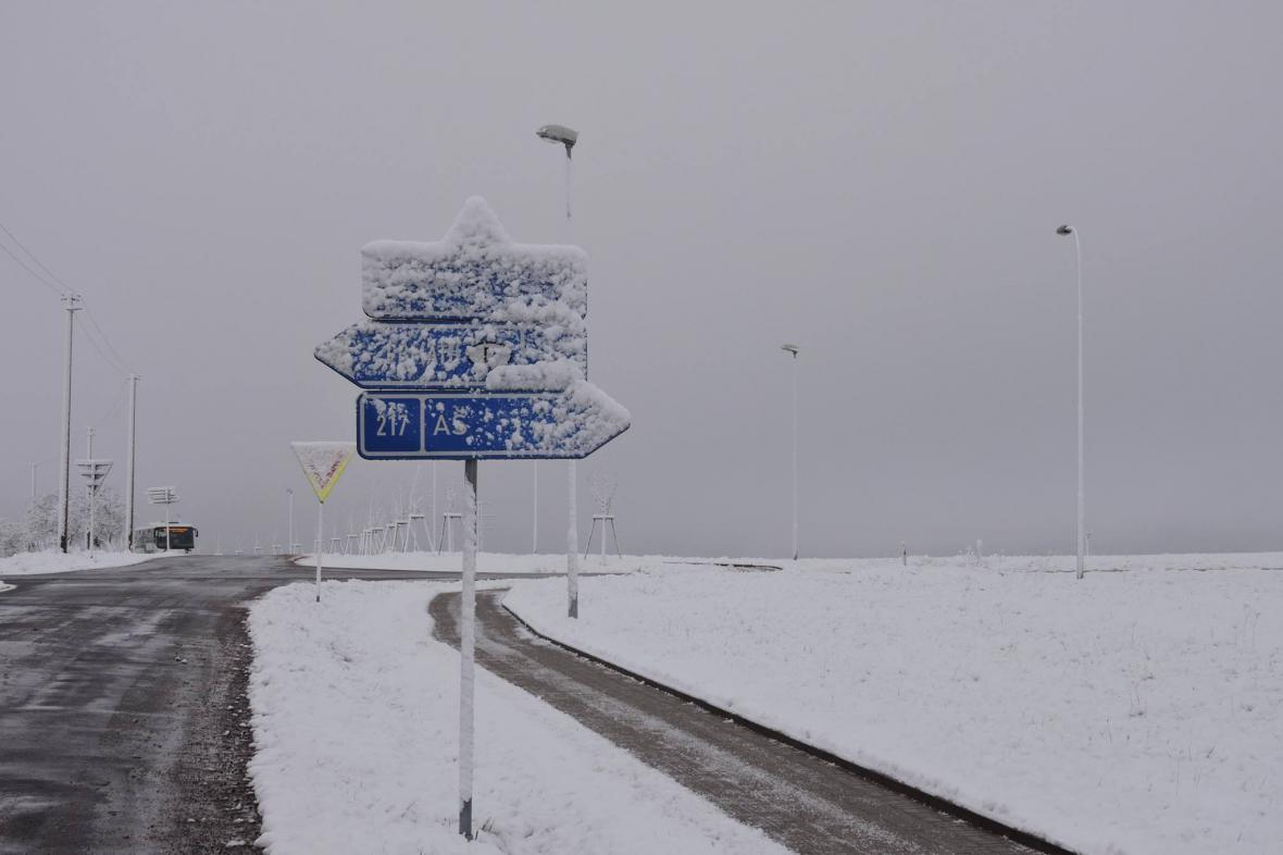 Zasněžená silnice v Hranicích v Čechách (asi 580 m n. m.)