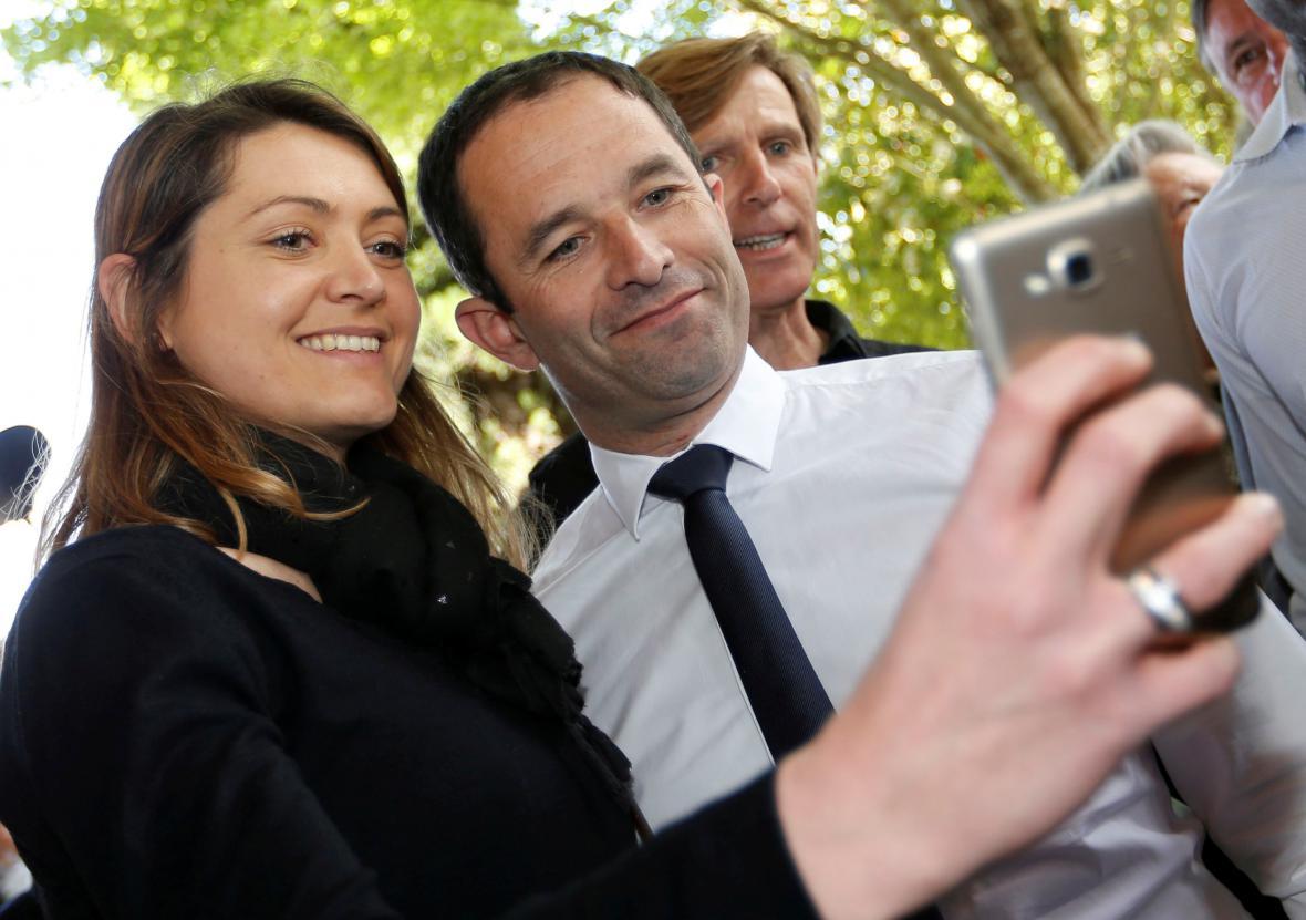 Benoit Hamon pózuje se svými fanoušky během kampaně