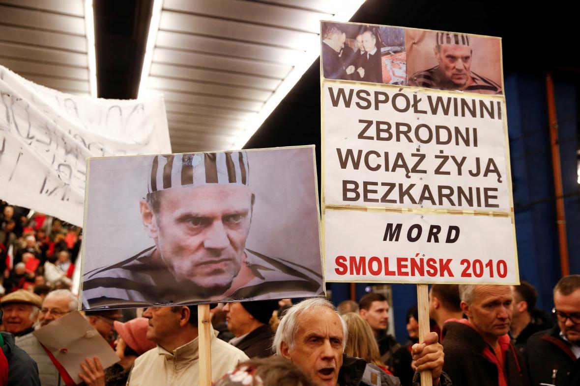 Na Tuska čekala celá řada protestujících