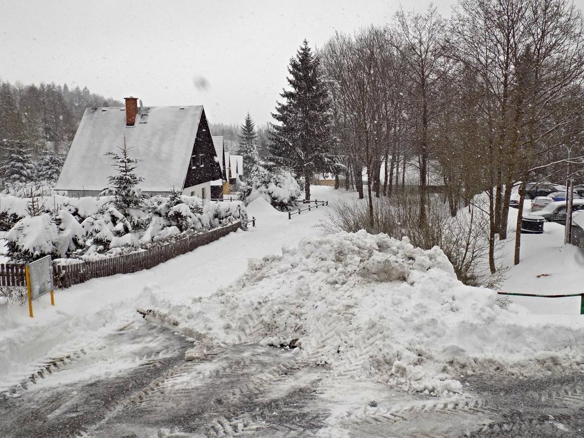 Ranní úklid sněhu ve Filipovicích na Jesenicku