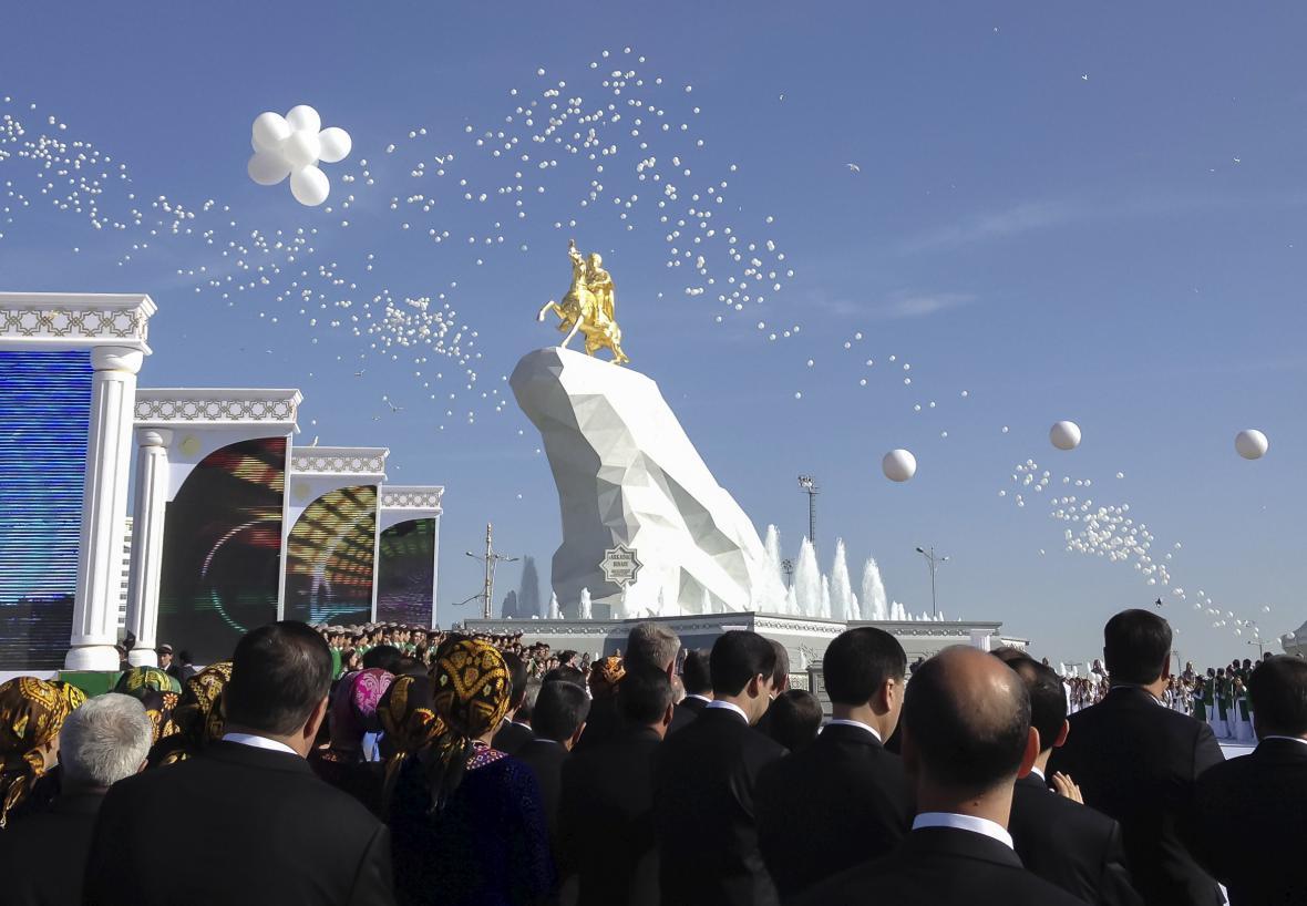 Obří sochu prezidenta pokrývá 24karátové zlato