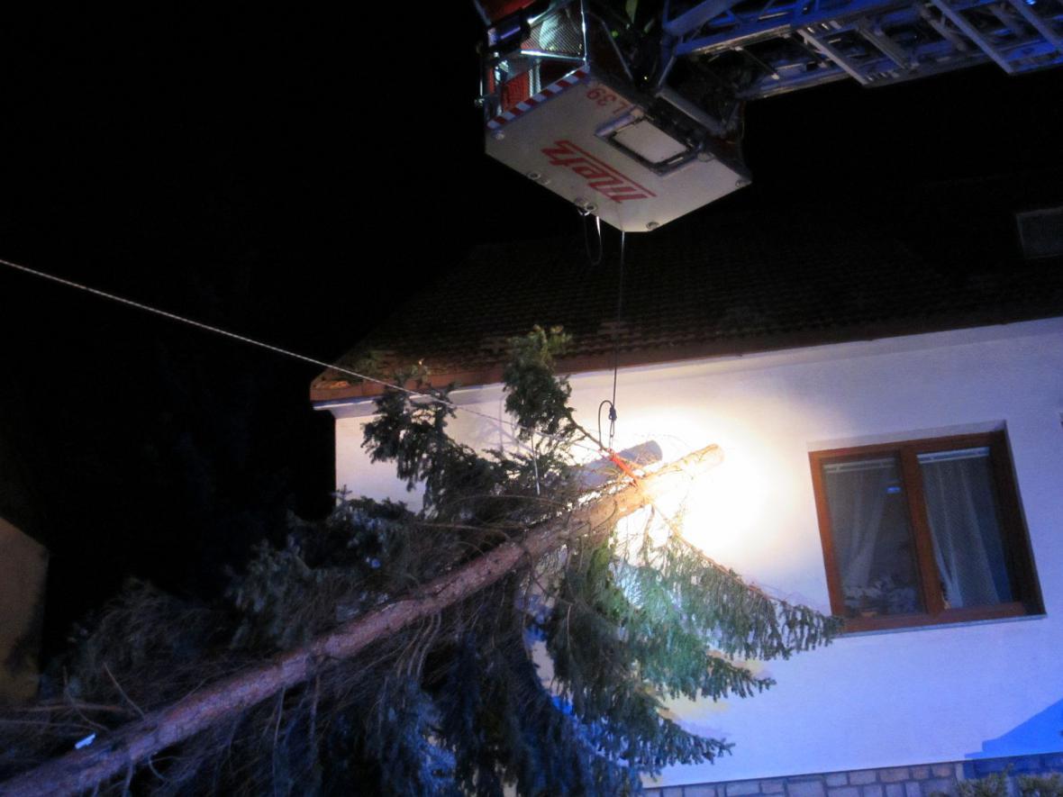 Ve Zlíně spadl strom na rodinný dům