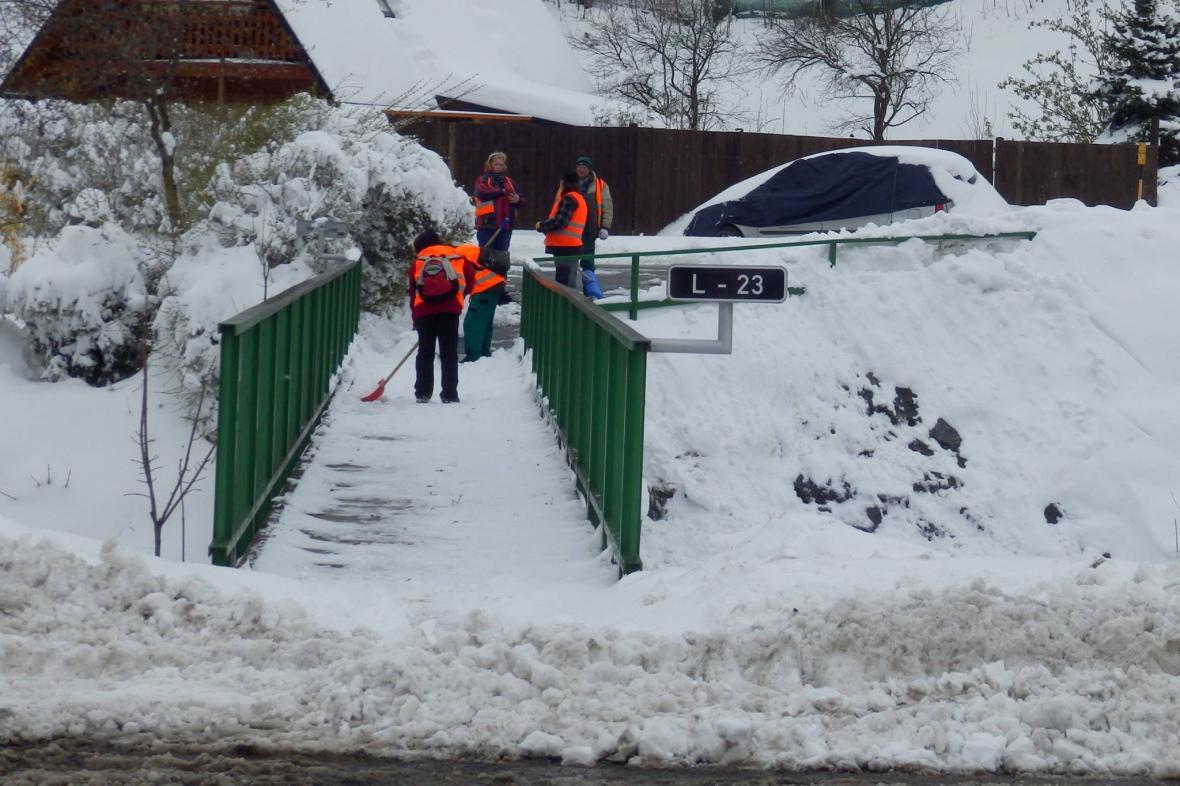 V Bělé pod Pradědem nasadili po středečním sněžení i lopaty